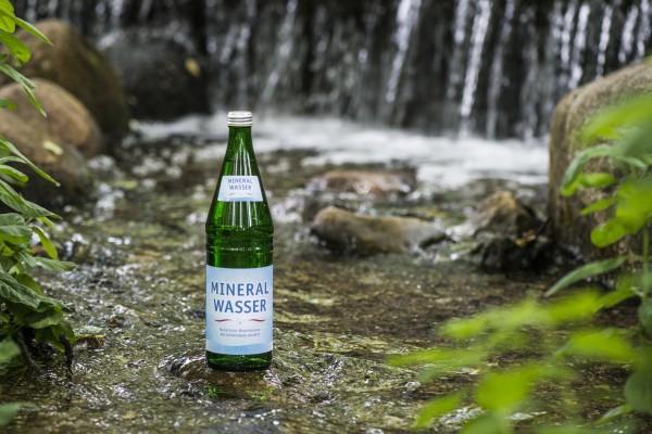 Wasserstreit: Mineralwasser vs. Leitungswasser